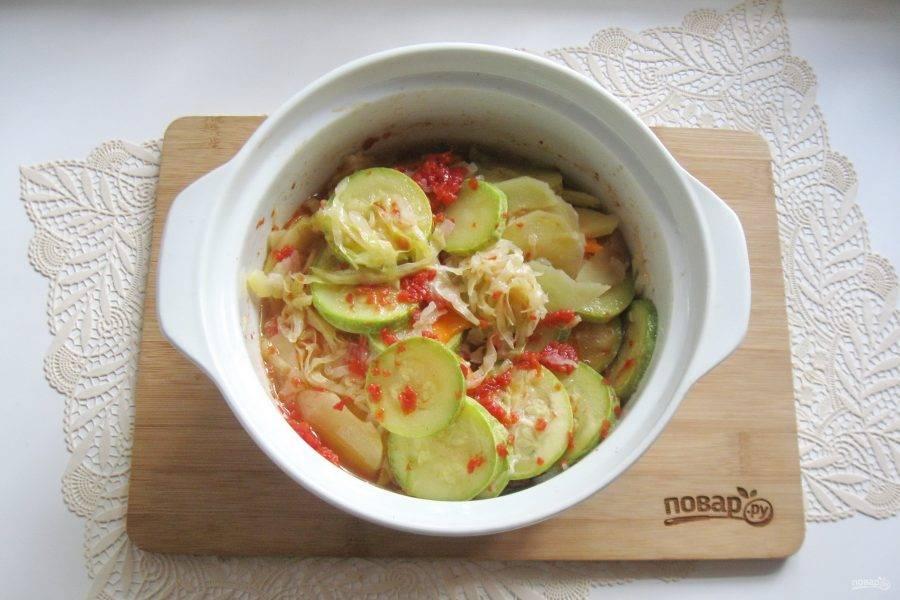Кастрюлю накройте фольгой и поставьте в духовку. Запекайте рагу при температуре 185 градусов 50-55 минут до готовности всех овощей.