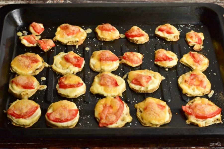 Отправьте противень с овощами в разогретую до 190 градусов духовку на 15-20 минут.