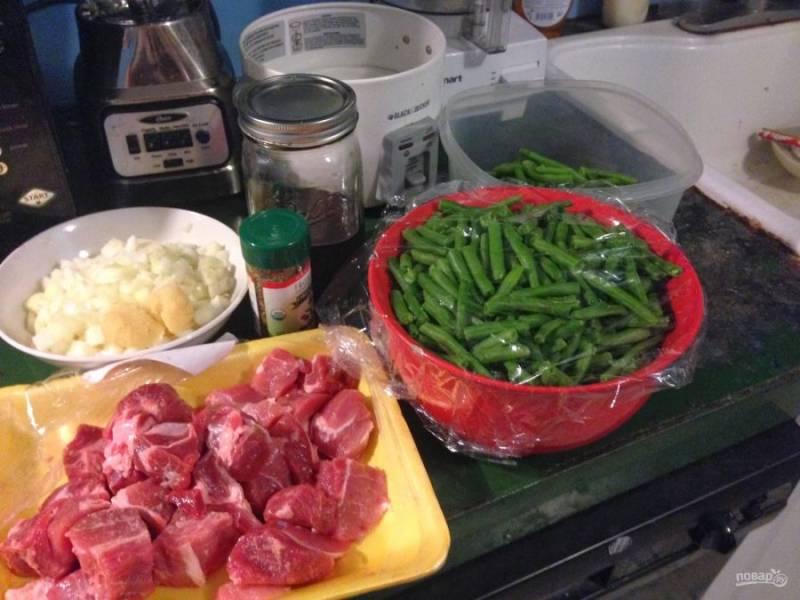 Подготовьте все ингредиенты: лук и чеснок измельчите, свинину порежьте небольшими кубиками, фасоль вымойте, просушите и нарежьте кусочками.
