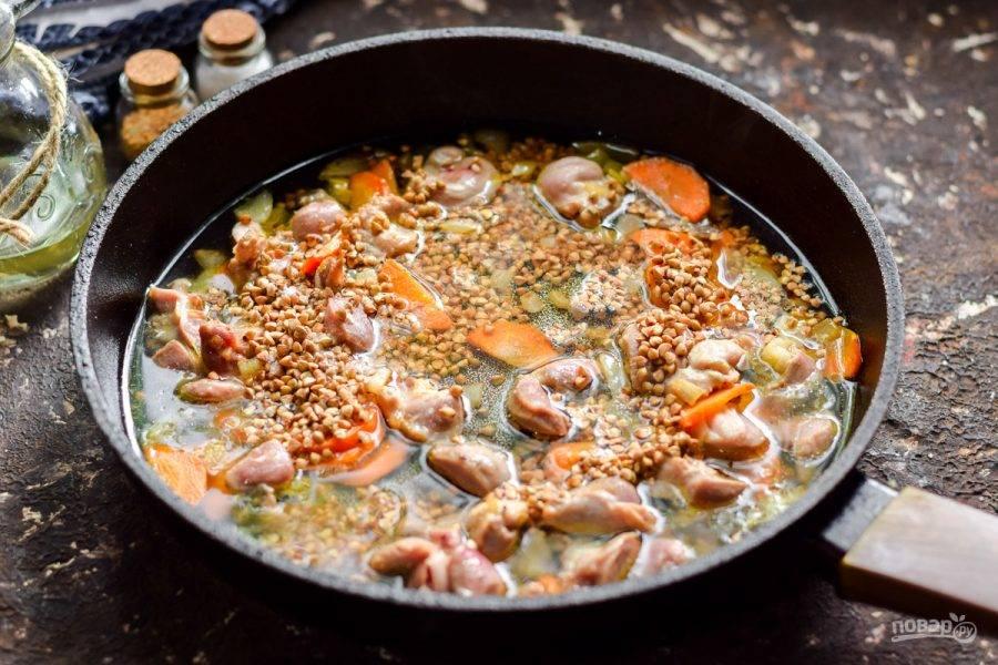 Добавьте в сковороду несколько стаканов теплой воды. Прикройте сковороду крышкой, тушите кашу на небольшом огне 25-30 минут. Спустя время подавайте кашу к столу.