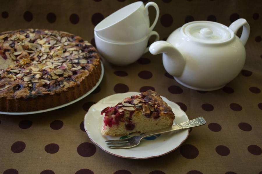 Выпекайте пирог в духовке при 180 градусах около 1 часа. Подайте к столу. Очень вкусно с молоком или несладким чаем.
