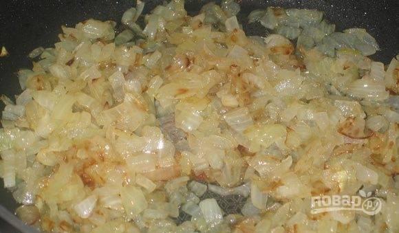 На отдельной сковороде растопите сливочное масло. Очистите и мелко нарубите лук, выложите его в сковородку и добавьте сахар. Карамелизируйте лук.