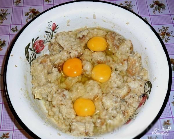 4. Растапливаем масло и добавляем в миску, туда же отправляем и яйца.