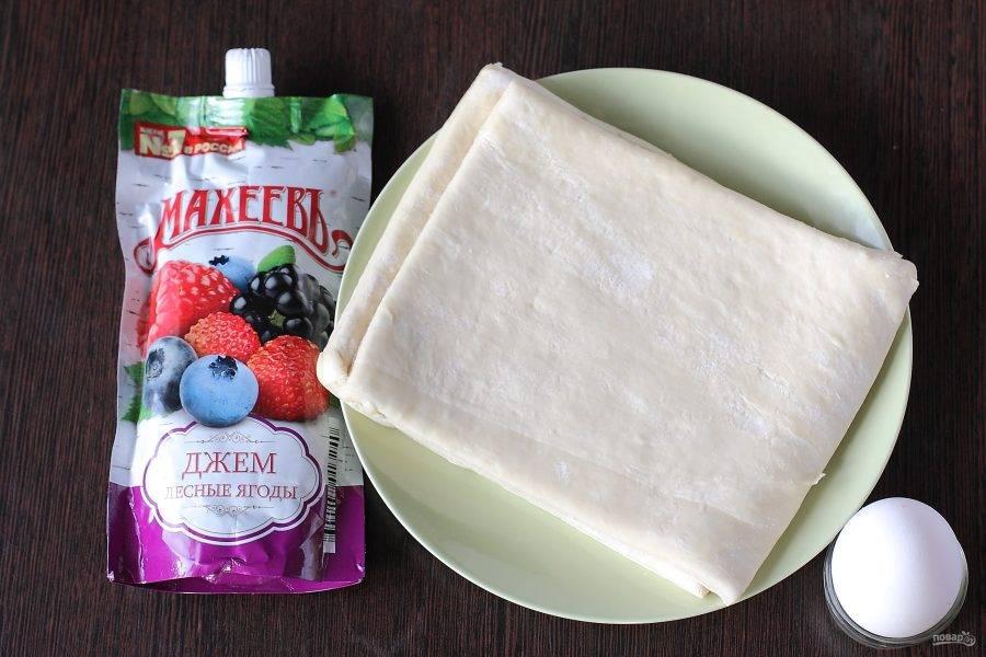 Приготовьте все продукты. Тесто заранее разморозьте при комнатной температуре.