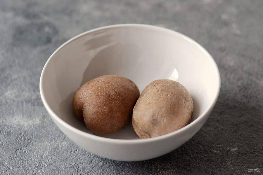 Картофель сварите в мундирах до готовности.