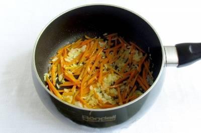 Чистим и режем на кубики картофель. Выкладываем его в наш суп. Морковку очищаем и режем соломкой. Вторую луковицу чистим и мелко режем. Бросаем овощи на сковородку, обжариваем их до золотистого оттенка. Зажарку бросаем в бульон.