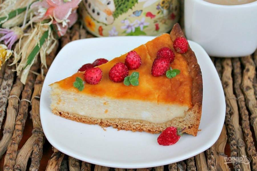 Пирог готов! Дополним его ягодами и подадим к столу. Приятного аппетита!