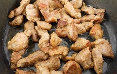 Разогрейте в сотейнике растительное масло. Обжарьте мясо, присыпав его перцем и приправой. Жарим до румяной корочки.