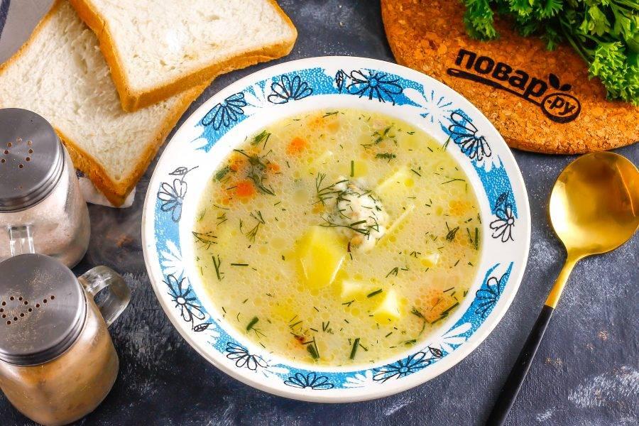 Разлейте горячее в глубокие тарелки и подайте к столу с хлебом, сухариками.