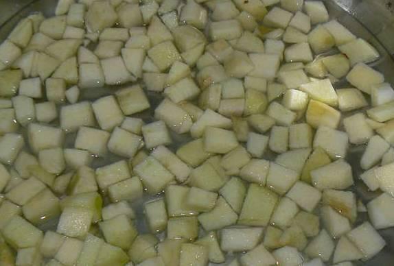 Яблоки промываем и очищаем от кожуры. Нарезаем кубиками и заливаем водой, ставим на огонь и доводим до кипения.