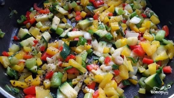 1.Цукини, болгарский перец и 1 помидор нарезаем среднего размера кубиком, стараемся, чтобы все овощи были одинакового размера, лук моем и мелко крошим. Обжариваем все овощи на сковороде с добавлением подсолнечного масла, солим и перчим по вкусу.