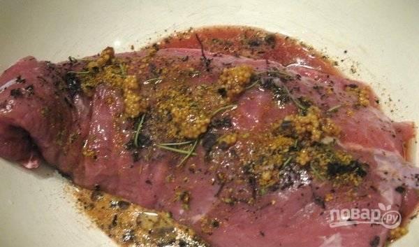 Затем к мясу добавляем вино, оливковое масло и горчицу.