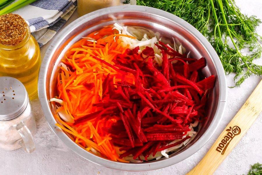 Натрите на терке для моркови по-корейски свежие морковь и свеклу в емкость к капусте.