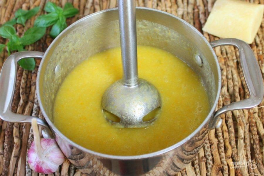 Снимаем кастрюлю с огня и добавляем чеснок. Готовый суп перемалываем блендером.