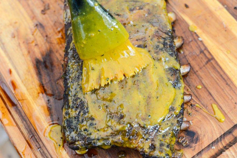 6.Мясо выложите на разделочную доску и с двух сторон смажьте приготовленным ранее соусом, можно в несколько слоев.