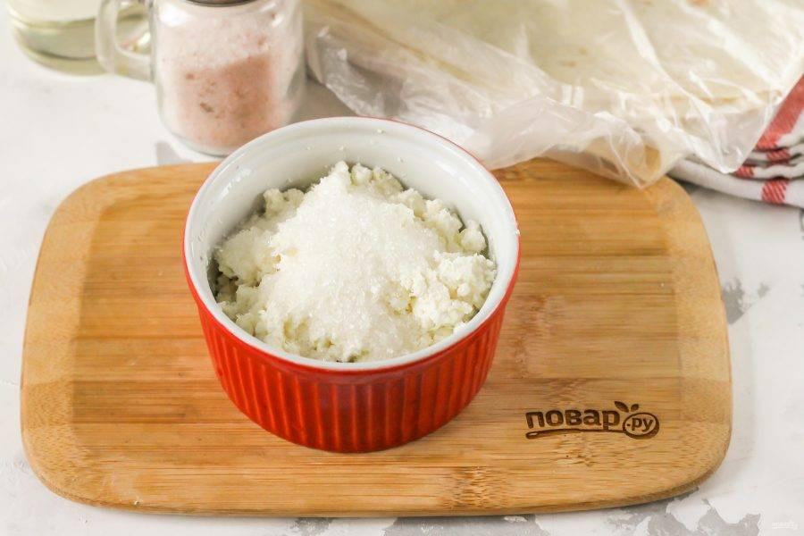 Добавьте в творог сахар и перемешайте. Можно приготовить из творога и соленую начинку, добавив соль вместо сахара и измельченную зелень.