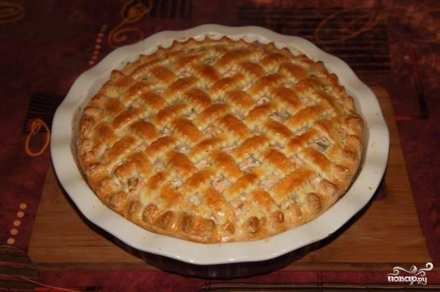 Верхушку смажем желтком. Ставим пирог из форели в духовку на полчасика. Температура - 200 градусов. Вот и готов наш вкуснейший домашний пирог!