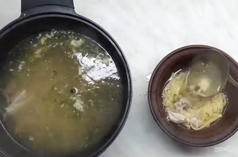 7. Затем выключите огонь и добавьте мелко нарезанную зелень. Лапшу отварите отдельно и подавайте с супом. Приятного аппетита!