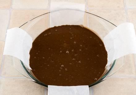 5. Смазать немного форму растительным маслом и вылить тесто. Чтобы удобнее было доставать из формы, можно выложить на дно пару полосок пергамента.