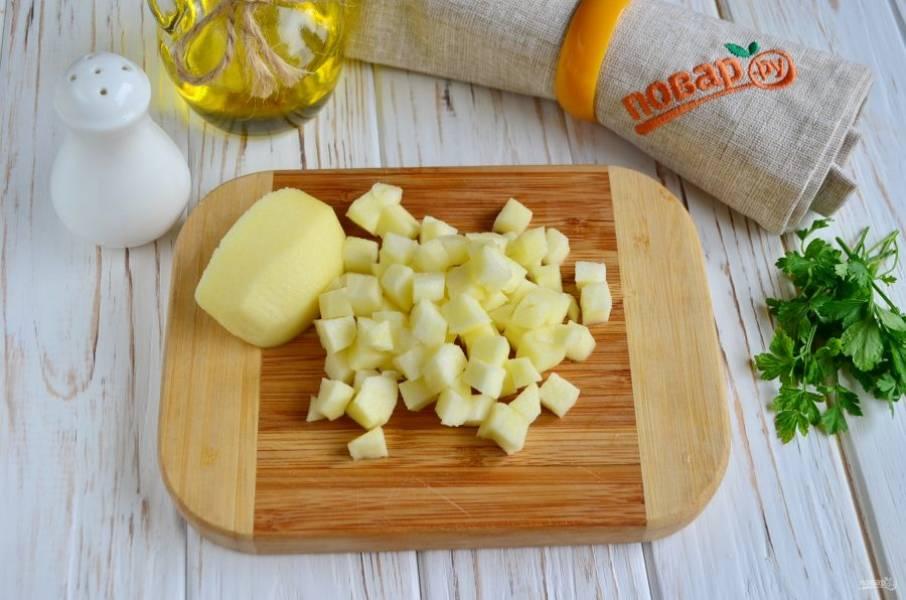 С яблока снимите кожуру, удалите сердцевинку. Если яблоки небольшие, то возьмите две штуки. Порежьте кубиками и обдайте лимонным соком, чтобы не потемнели.