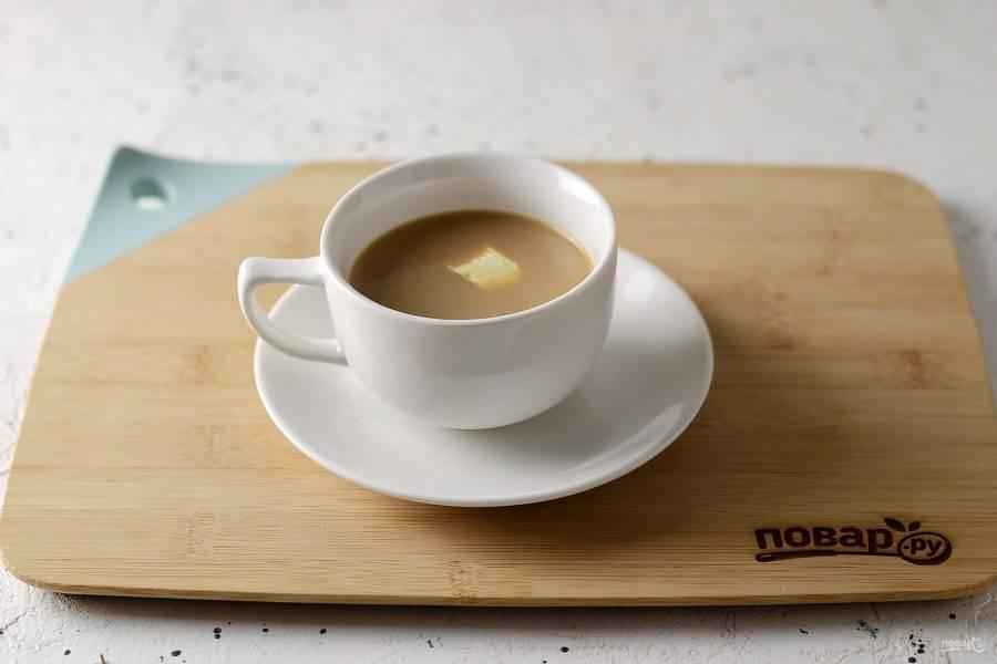 Разлейте чай по кружкам, добавьте кусочек сливочного масла.