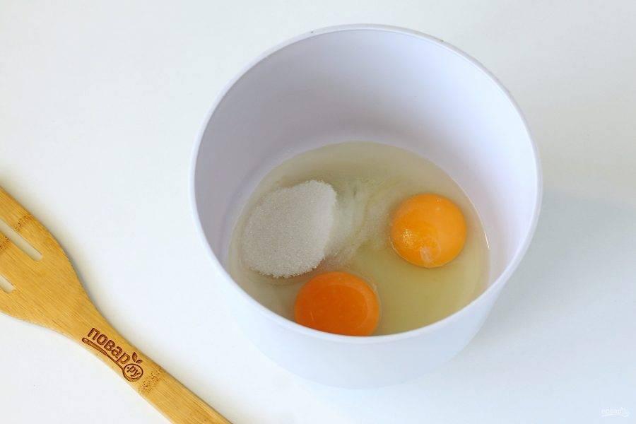 В глубокой миске соедините яйца, соль и сахар.