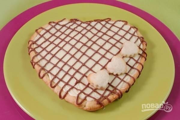 9.Украсьте пирог с белым шоколадом, нутеллой и маленькими сердечками.