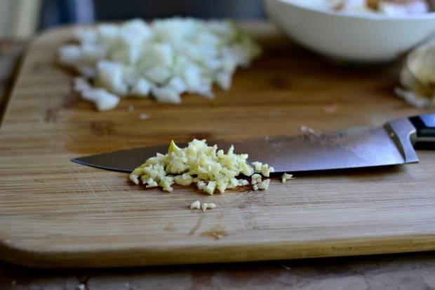 8. Очистить чеснок и тоже мелко нарезать.