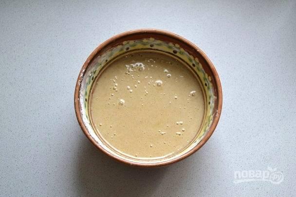 Параллельно можно приготовить крем. В глубокой миске взбейте яйца с сахаром, крахмалом, ванилином и корицей.