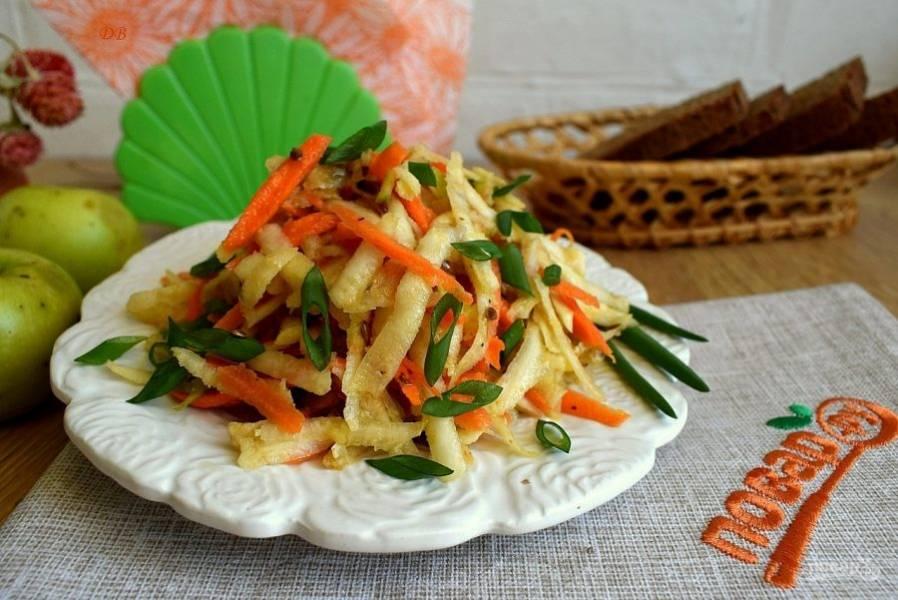 Добавьте семена льна, перемешайте, посолите по вкусу. Для заправки смешайте растительное масло, лимонный сок. Подавайте с измельченной зеленью по вкусу.