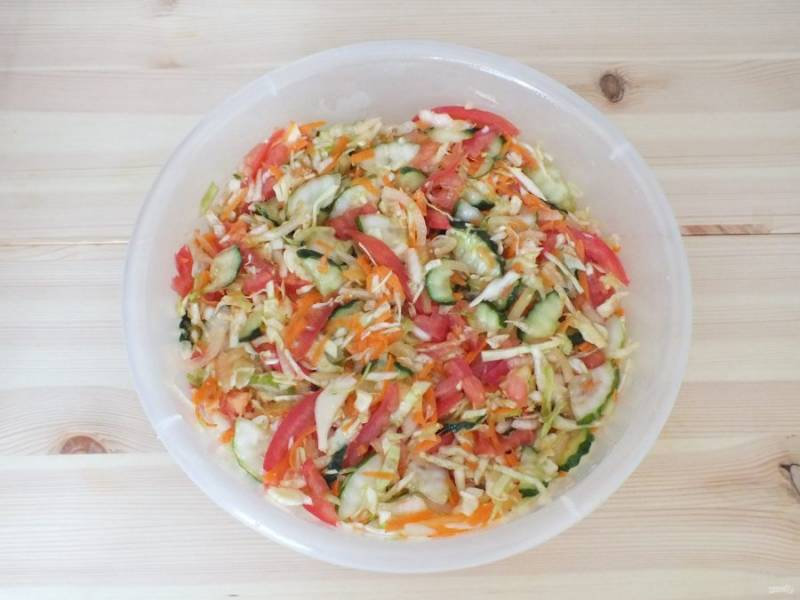 Все овощи перемешайте и оставьте на 30 минут при комнатной температуре. За это время подготовьте банки и крышки, вымойте и простерилизуйте.