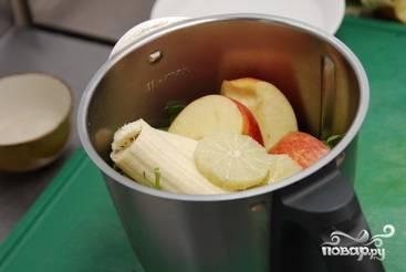 Все фрукты и зелень складываем в в блендер или удобную посуду, где при помощи блендера будем размельчать ингредиенты.