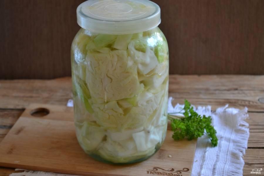 Залейте подготовленную капусту горячим маринадом, прикройте её капроновой крышкой. После того как она остынет, переместите в холодильник. Через сутки маринованная капуста кусками готова. Кушайте с удовольствием!