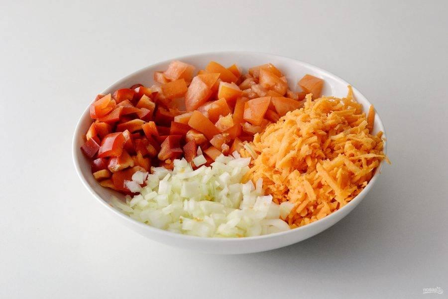 Нарежьте перец, помидоры и лук на мелкие кубики. Морковь натрите на крупной терке.