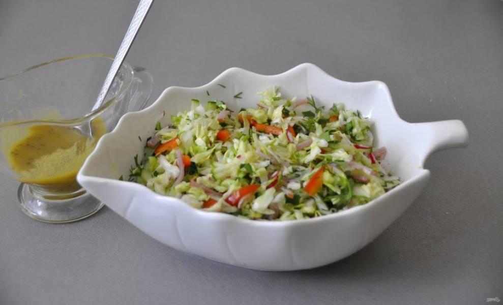 Полейте салат заправкой.