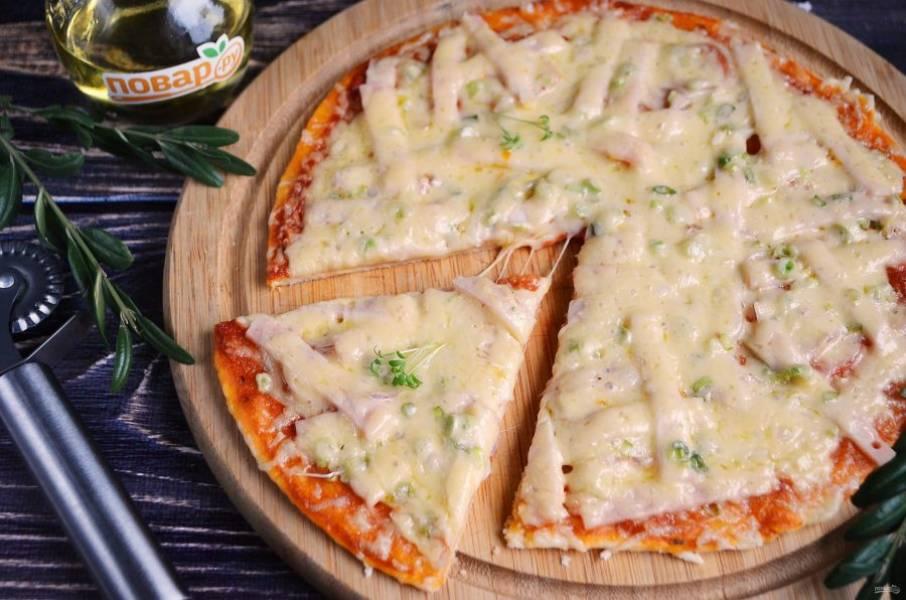 9. Горячую пиццу порежьте на части и пробуйте!