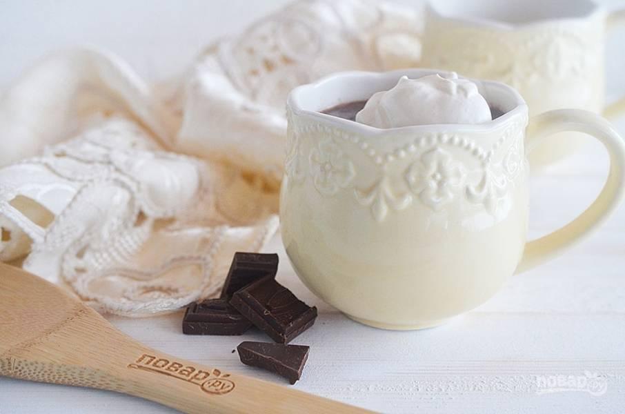 5. Разлейте шоколад по чашкам. Сверху выложите взбитые сливки.