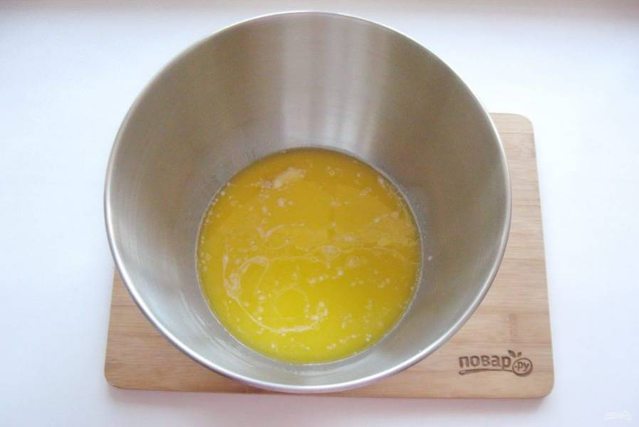 80 грамм сливочного масла растопите и добавьте в тесто.