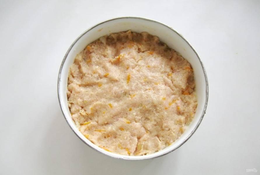 Фарш посолите по вкусу и перемешайте. Если он будет сухим, добавьте немного сметаны, майонеза или также бульона.
