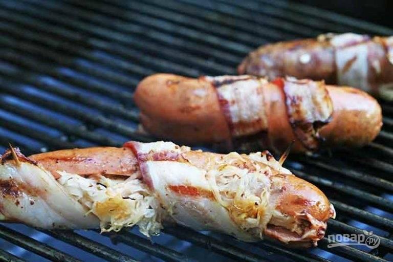 5.Выложите сосиски на разогретый гриль и обжаривайте несколько минут, переворачивая каждую.