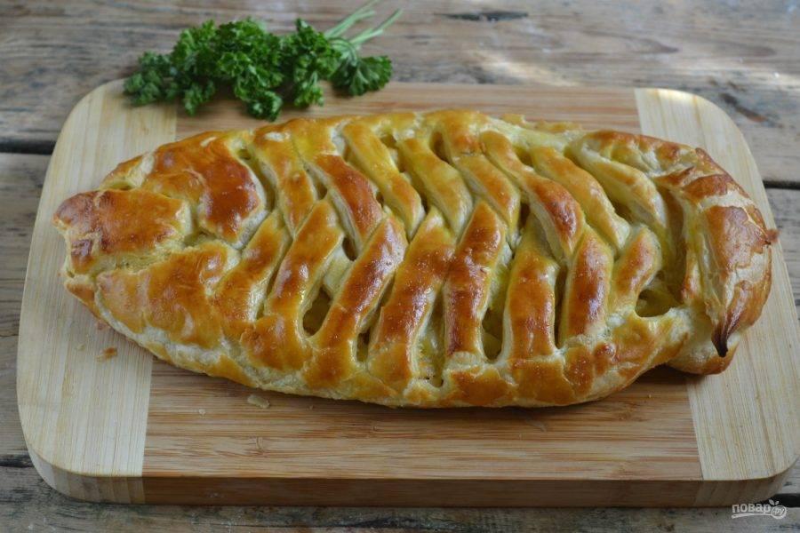 8.Готовый пирог украсьте вашей любимой зеленью. Я использую зелень петрушки и кинзы. Подавайте к столу горячим или тёплым. Приятного аппетита!
