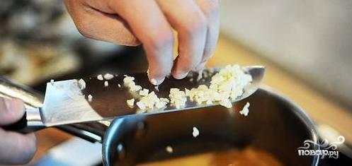 В кастрюлю с полуготовым картофелем выложить овощи с грибами и варить до полной готовности картофеля. Перед тем как выключить добавить порубленный чеснок, соль, перец.