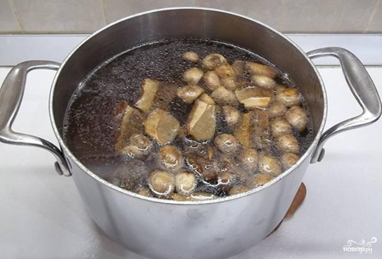 Добавляем грибы. Варим всё до готовности картофеля.