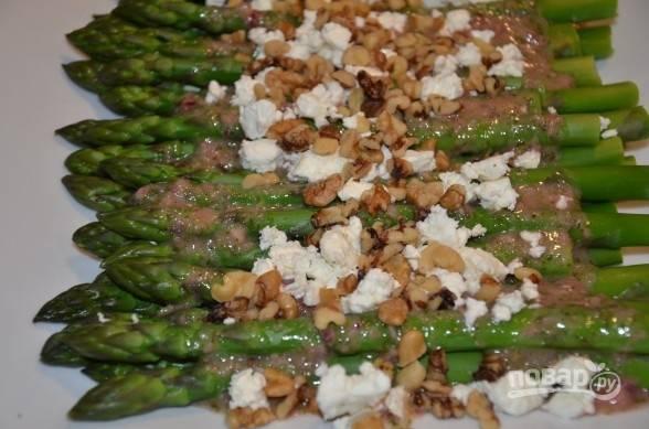 4. Заправку можно сразу вылить на спаржу, дополнить орехами и сыром и подавать к столу.