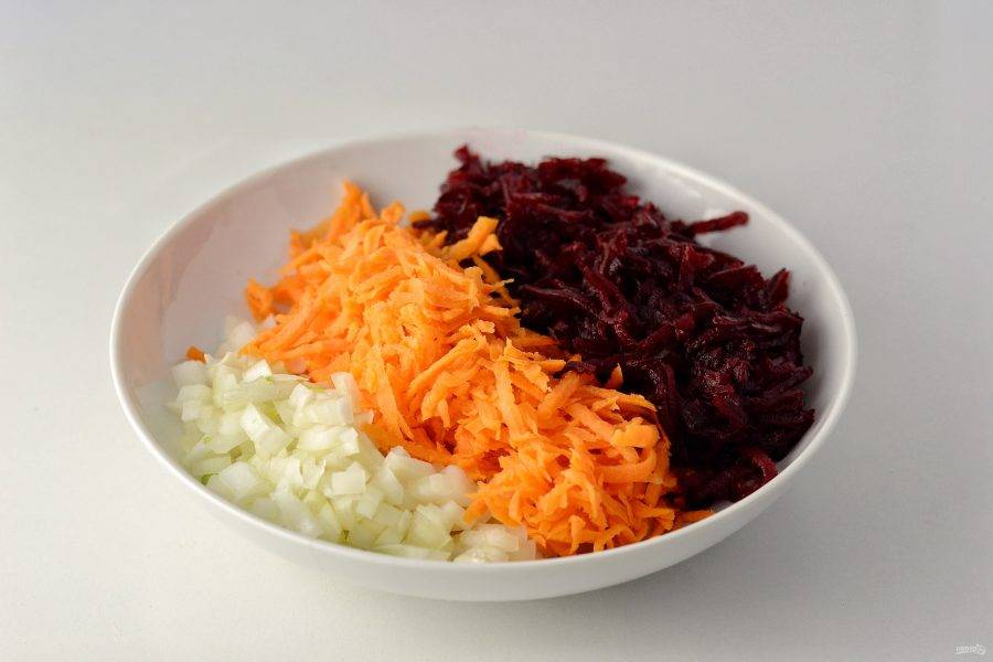 Натрите свеклу и морковь на крупной терке, репчатый лук нарежьте кубиками.