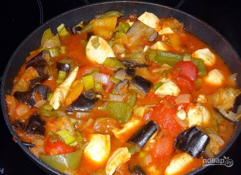 Добавьте в сковороду чеснок, зелень, специи и соль. Перемешайте.