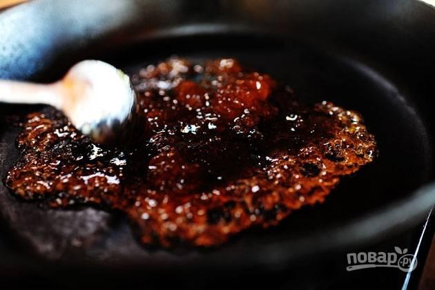 3. Отправьте сливовый конфитюр на сковороду и подождите, пока он разогреется. Как только конфитюр начал кипеть, отправьте к нему мясо и обжарьте его со всех сторон.