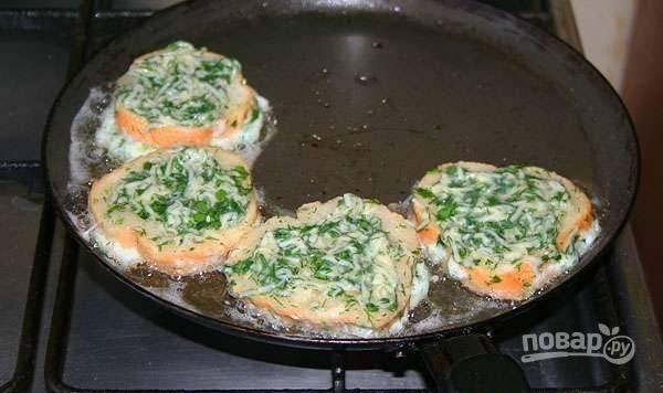 5. Бекон выложите на бумажное полотенце, чтобы убрать остатки жира. Хлеб обмакните в яйцо с сыром со всех сторон и выложите на сковороду.