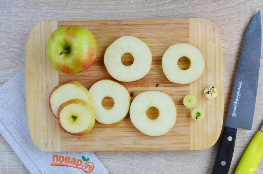 Прежде чем начинать резать яблоки, нужно поставить на огонь сковороду или кастрюлю с растительным малом (достаточное количество для фритюра), хорошо его нагреть. Затем яблоки порежьте кружочками толщиной 5-6 мм., удалите серединку.