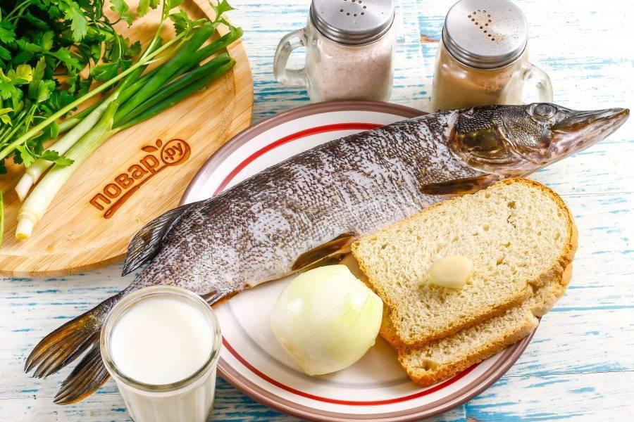 Подготовьте указанные ингредиенты. Рыбу заранее очистите от чешуи, выпотрошите и промойте внутри и снаружи. Удалите голову, хвост, плавники.